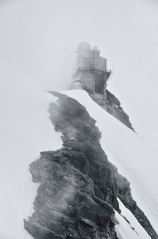 mist op het Jungfraujoch - Flarden van dikke mist op het Jungfraujoch. Tussen de mistbanken in maakte ik deze opname in een poging om de beklemmende s
