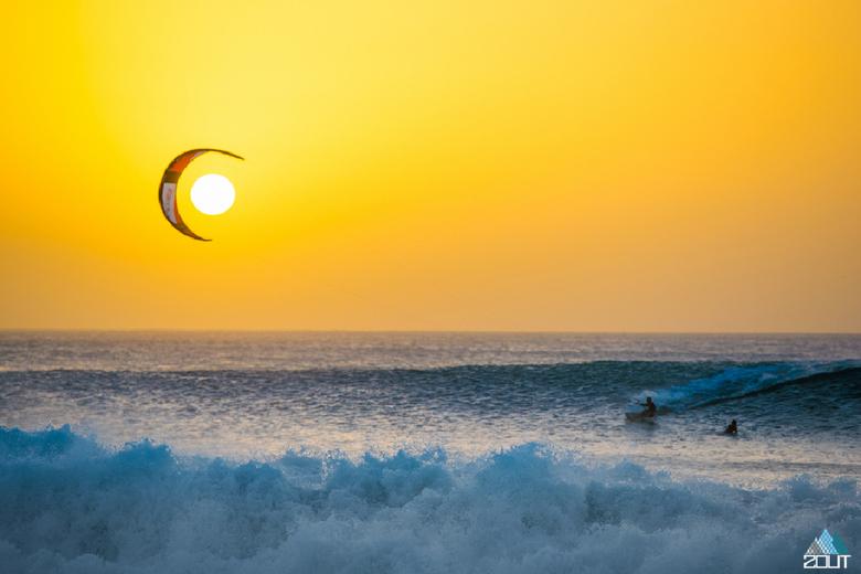 Zon, maan en een kitesurfer -
