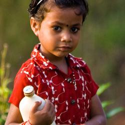 Meisje met melkfles