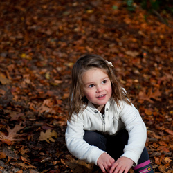Sofie in het herfstachtige bos