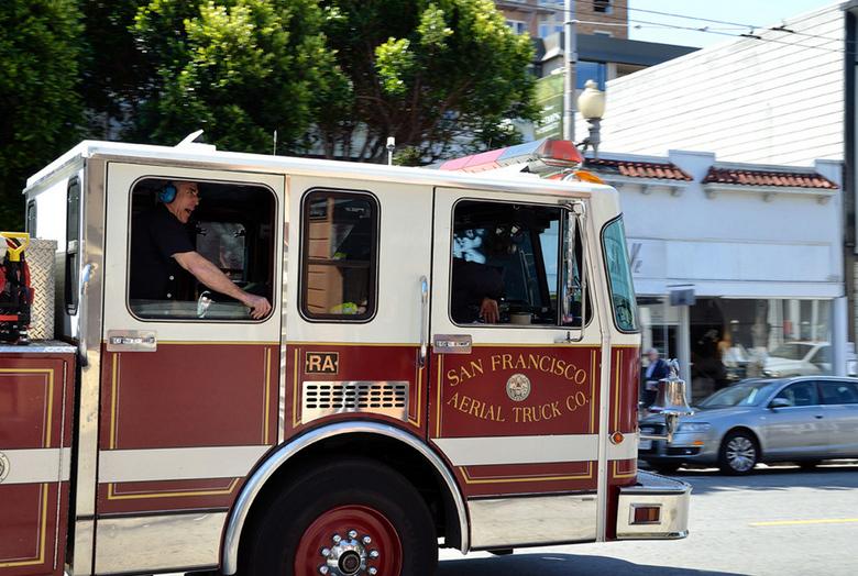 Met toeters en bellen in SF - Deze brandweerwagen was 1 van de 3 die achterelkaar aan voorbij scheurde met een hoop lawaai opweg naar een brand.<br />