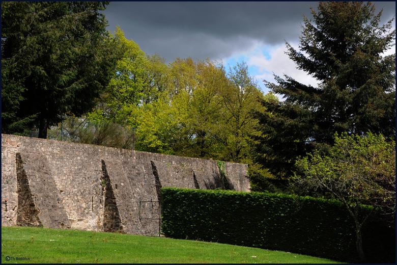 kasteel anders 4  - het kasteel ligt op hoogste punt heuvelrug <br /> omdat deze zijde erg afliep is er een keermuur geplaatst om de grond tegen te h