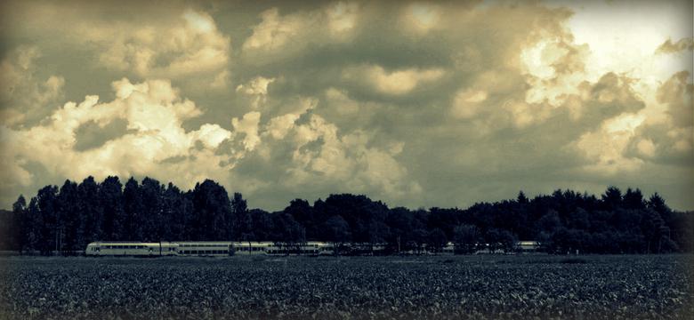Enkeltje landschap - Trein dwars door het Brabantse landschap