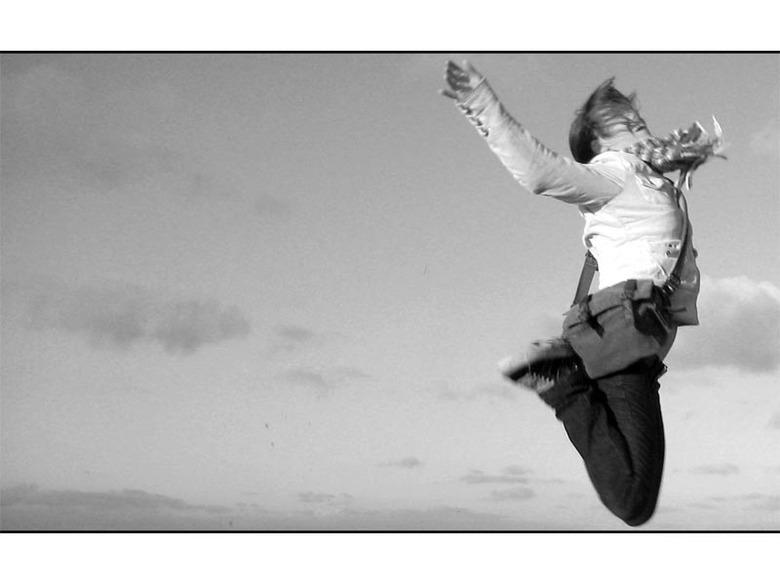 Flying friend - Mijn vriendin die al springend een duik in het scheveningse zand maakt.