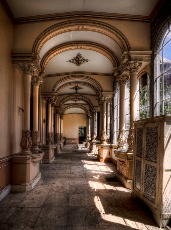 Chateau H. - Een impressie van Chateau H. Een verlaten kasteel in belgie, marmeren vloeren, geweldige kamers en aristocratische plafonds