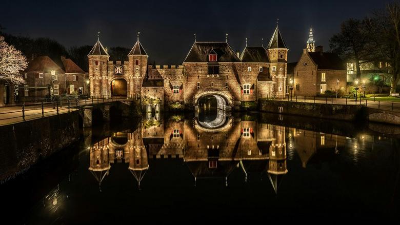 Weerspiegeling Koppelpoort, Amersfoort. - Op 29 maart 2019 deed ik voor het eerst mee aan een workshop avondfotografie. Die avond was het nagenoeg win