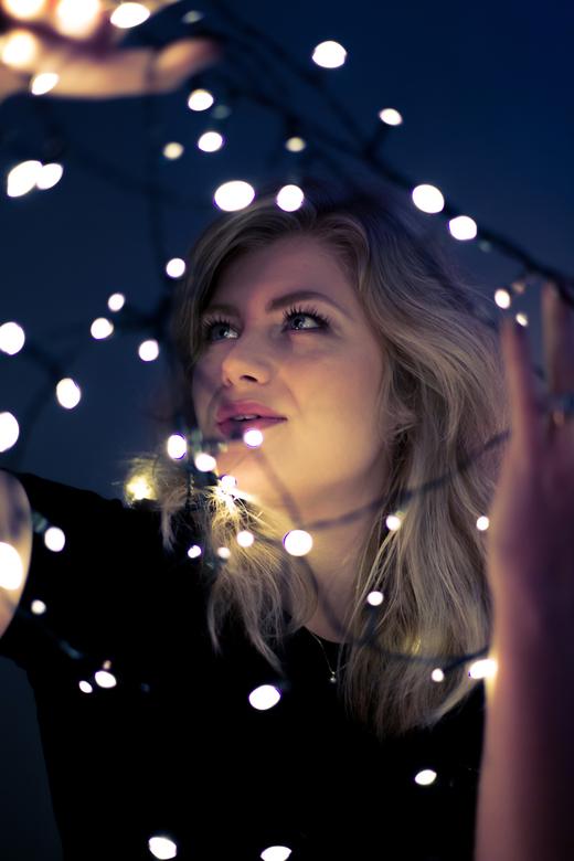 Portret Robin nr.2 - Wat te doen tijdens de storm Ciara? Experimenteren met de kerstverlichting. <br />  <br /> Software: Adobe Lightroom<br /> Len