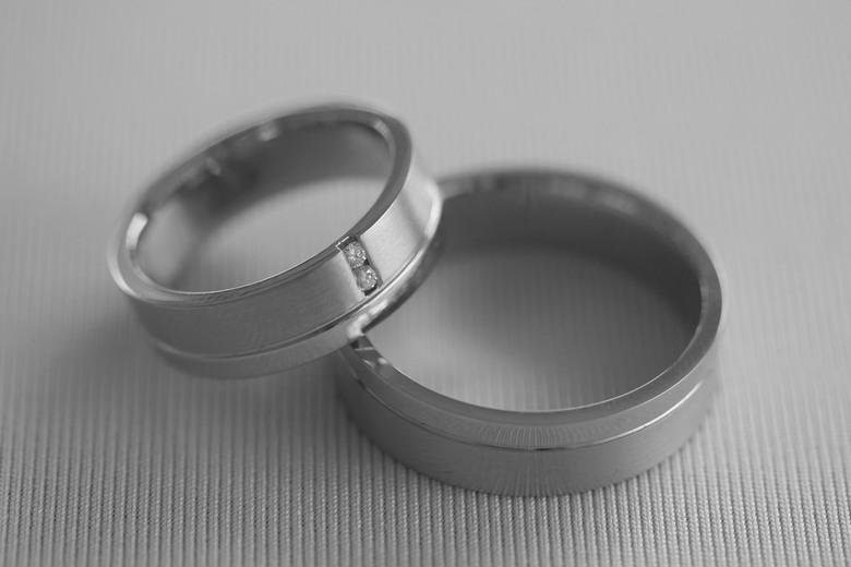 In het huwelijksbootje stappen...II - Wilde de ringen van het bruidspaar eerst even los fotograferen.