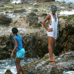 Twee meisjes aan zee