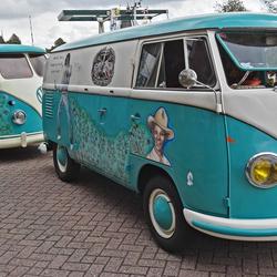 VW bus met aanhanger.