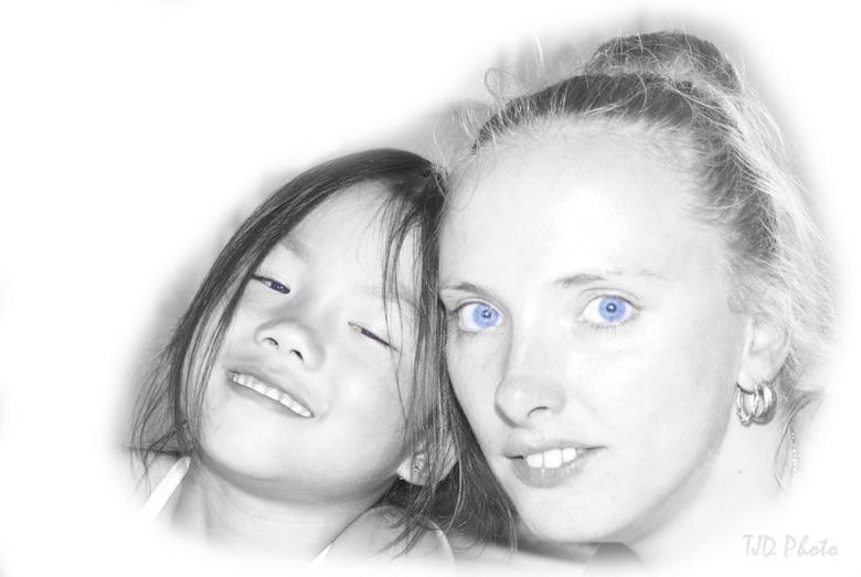 high key portret achternichtjes - Oefenend met portretten zaten mijn dochter en achternicht tegenover me aan de tafel en die wilde wel even poseren.<b