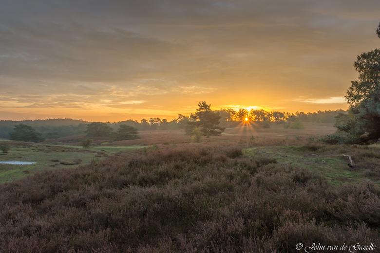 Herfst Brunssummerheide zonsopkomst - Brunssummerheide tijdens de zonsopkomst.<br /> Efix: ISO 100, 17mm, f/11, 1/80 sec.<br /> <br /> Bedank, voor