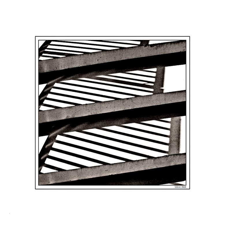 Schaduwlijnen 01 - Tijdens een zonnige fotografische wandeling viel mijn oog op de lijnvoering van de witte betonnen trap met de bijbehorende schaduw