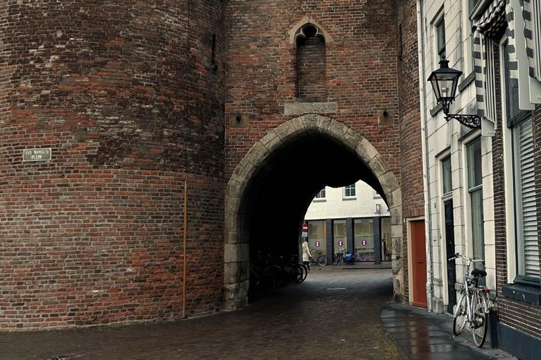 De Sassenpoort in Zwolle - De Sassenpoort werd gebouwd in 1406 en is nog de enige overgebleven poort uit de ommuring van de stad.  De Sassenpoort staa