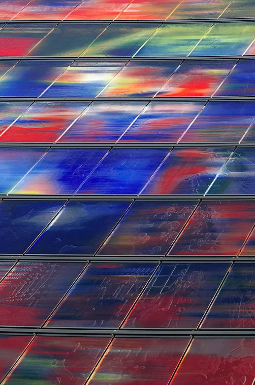 Glazenwand - Het ontbreekt in deze foto niet aan kleur. De uitlopende lijnen behoren het aandachtspunt aan te geven. Is dat ook zo?<br /> Waar zitten