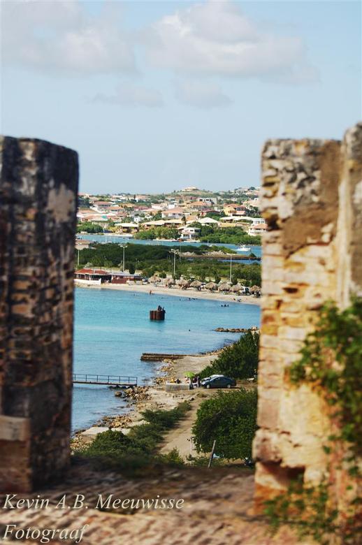 @ old Fort - van uit het bovenste puntje van het fort een door het fort van een prachtige blauwe zee met een leuke kuststrook.