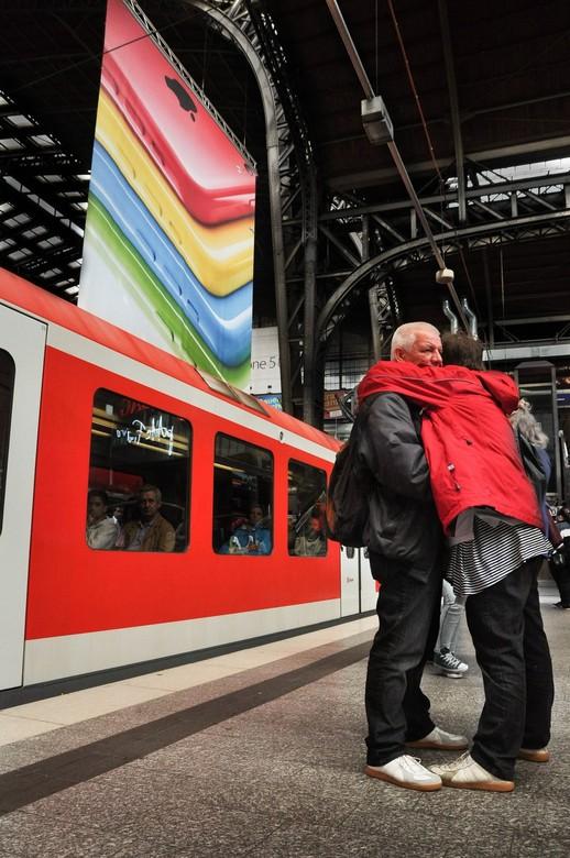 goodbye Karl - Een afscheid op het centraal station in Hamburg. Ik viel voor de houding van dit stel in combinatie met de kleuren om hun heen.