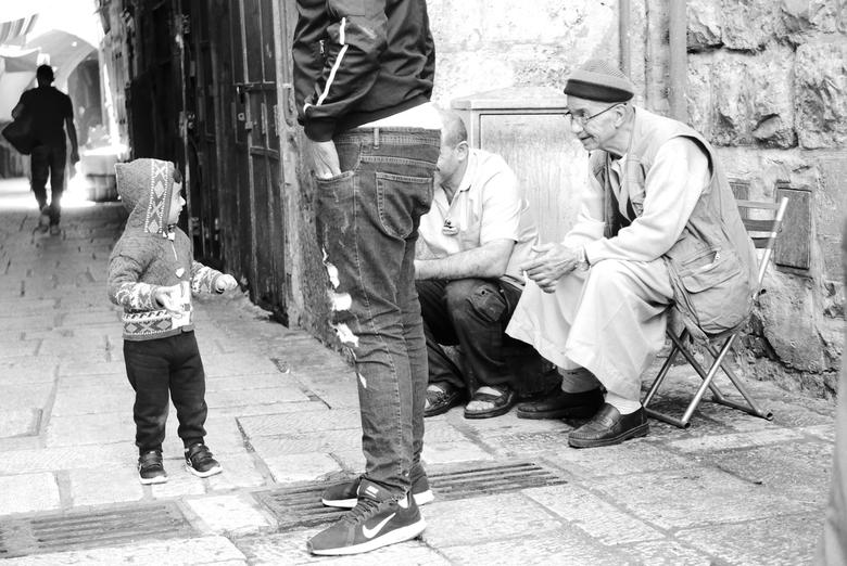"""Jeruzalem - Straatleven - Volwassenen in gesprek met een kleuter <img  src=""""/images/smileys/wilt.png""""/>. Jeruzalem, Israël."""