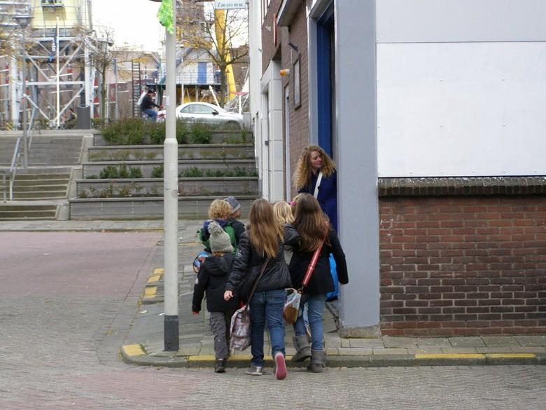 Weet u het nog ??? 1,2 in de maat ? - Foto gemaakt in Rotterdam vlakbij de 1e Blekerstraat. Een leidster met kinderen die de kinderen in de maat moet