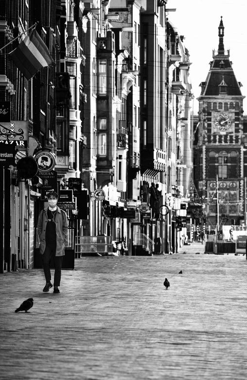Pandemie in Amsterdam - Eenzaamheid in de Amsterdamse straten door de covid-19 pandemie. Een unieke een aangrijpende situatie.