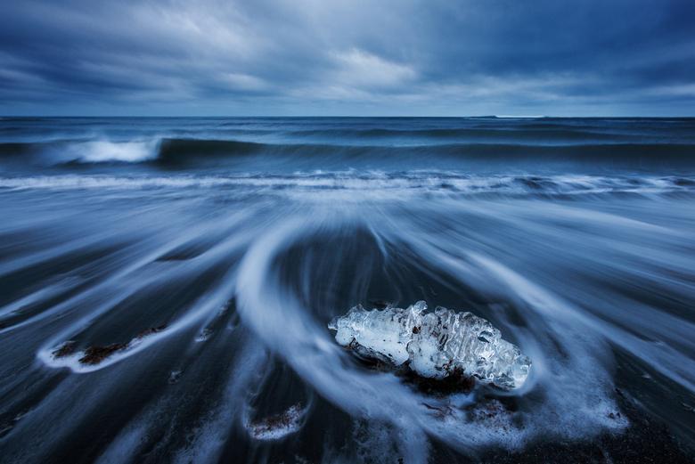 black-white-blue - Nog een uit de ijsland-serie:<br /> Een ijskristal op een strand aan de zuidkust van ijsland. <br /> Gemaakt tijdens zware bewolk