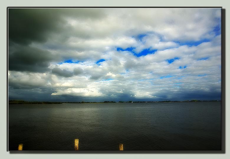 Sneekermeer - Het ging me vooral om de wolkenlucht die boven het meer hing en die daarvoor ook extra is aangezet.<br /> Hij lijkt in de thumbnail wat