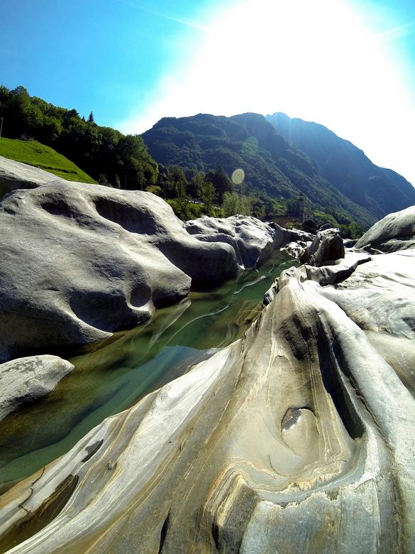 Valle Verzasca - Zwitserland - Een prachtig gebied met uitgesleten rotsen.
