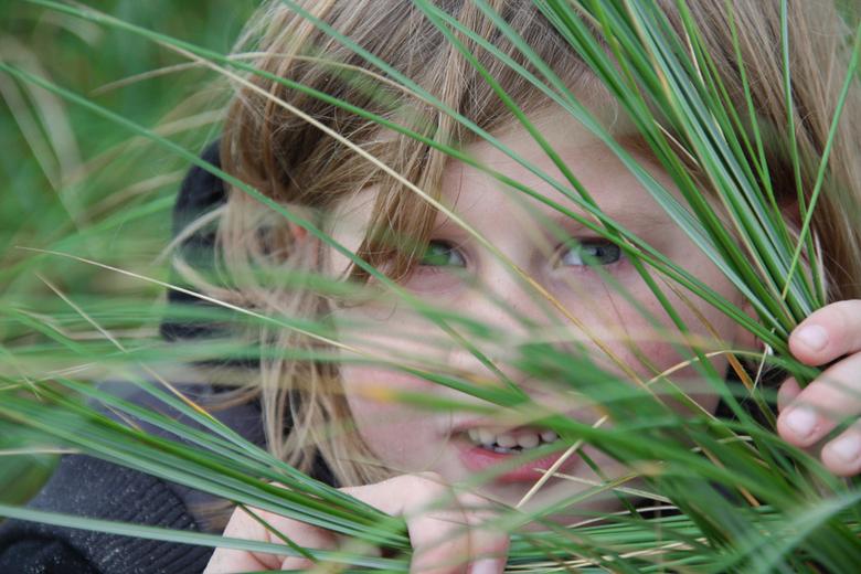 I see you! - Op deze foto in de duinen speelden mijn kinderen verstoppertje.<br /> Ik probeer met zo min mogelijk geposeer, liefst helemaal spontaan