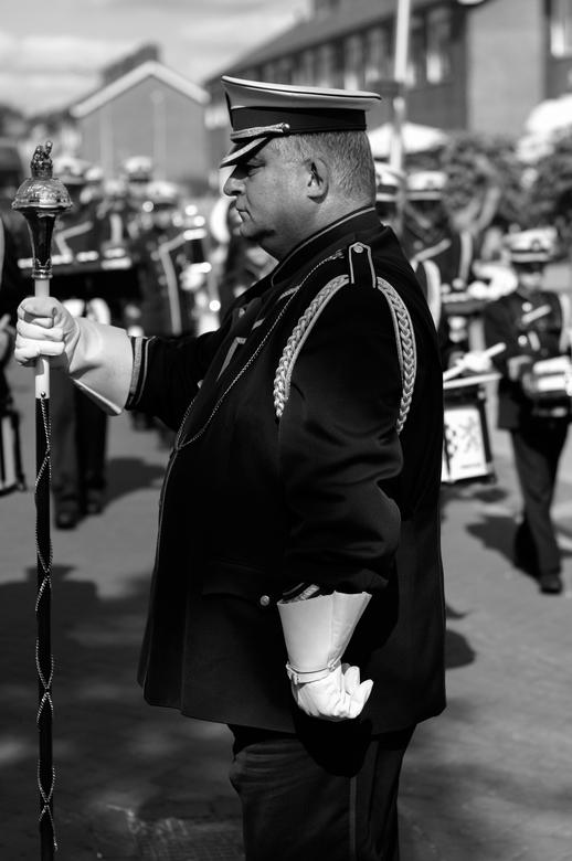 Voor de muziek aan - Deze tambour-maître was in opperste concentratie bezig met het leiden van de fanfare. Vlak voor mijn neus maakte hij een halve dr