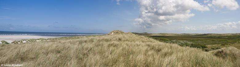 Terschelling (pano) - Vanaf de duinen bij Hoorn op Terschelling geschoten.<br /> Een tweedeling in het landschap waar zelfs de wolken zich op dat mom