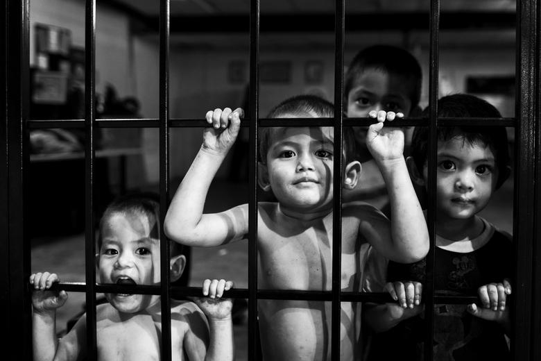 De kinderen van Bukit Bintang - Nieuwsgierige spelende kinderen op een afgesloten binnenplaats, Kuala Lumpur
