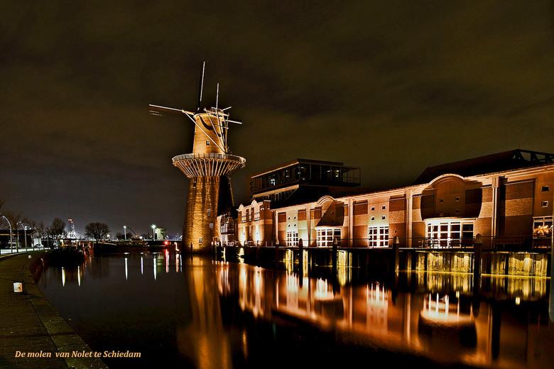 De Nolet molen bij avond_DSC6774. - Schiedamse lekkernij.<br /> <br /> Deze foto geeft een mooi zicht op de verlichte molen en de jenever stokerij &