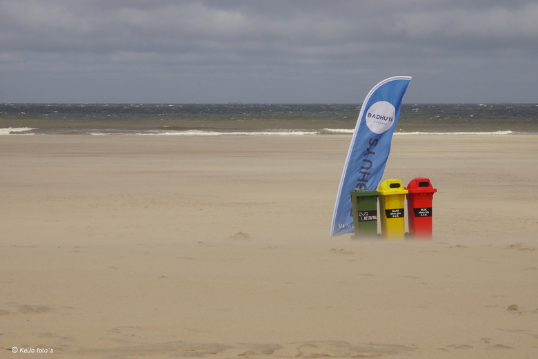 red yellow and blue - red yellow and blue with a touch of green<br /> en veel wind, heel veel wind