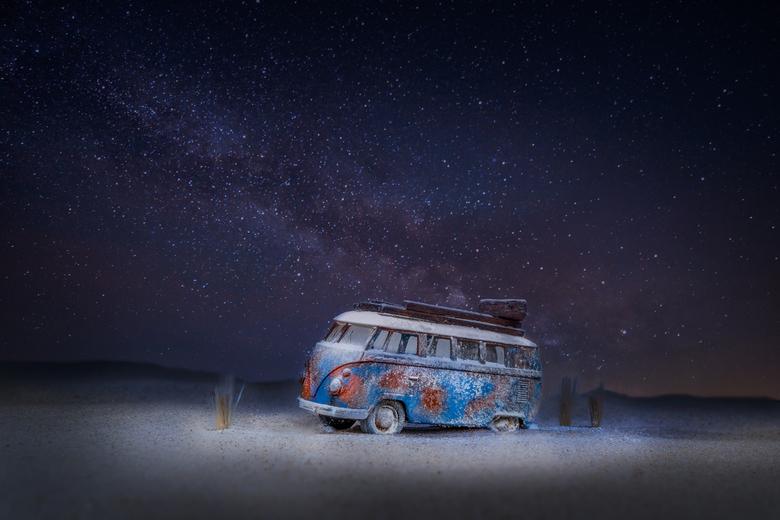 Left In The Dark - Miniatuurwereld, gemaakt met zand en een speelgoed-auto.