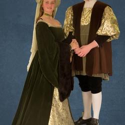 paar in replica renaissance kostuum