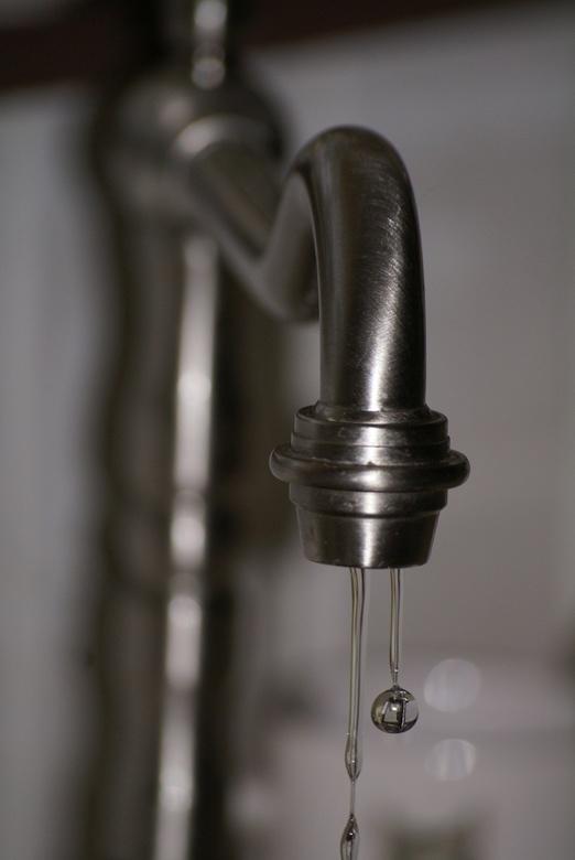 Waterdrop - Waterdruppel met reflectie van de onderste helft van de kraan