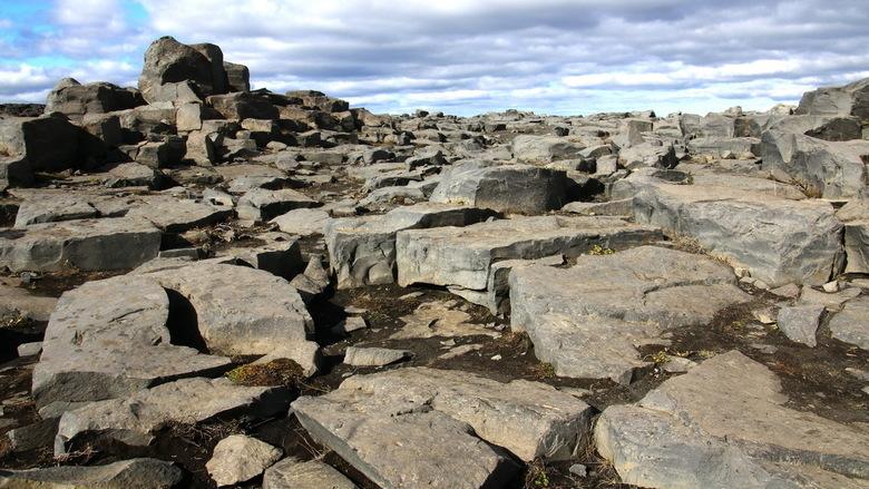IJsland -22- - Voordat je bij de Dettifoss waterval komt moet je eerst door een soort maanlandschap dat is gevormd door basaltblokken.<br /> Al mijn
