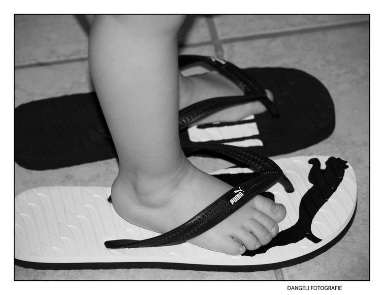 """in Papa zijn """"schoenen"""" - Mijn jongste zoon loopt nu al in papa zijn schoenen... nou ja slippers in dit geval... leuk hoe hij alles aan wil"""