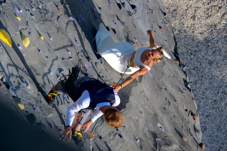 bruidspaar omhoog 3 - Hier klimmen ze om hoog en blijven af en toe hangen.<br /> gr hans<br />