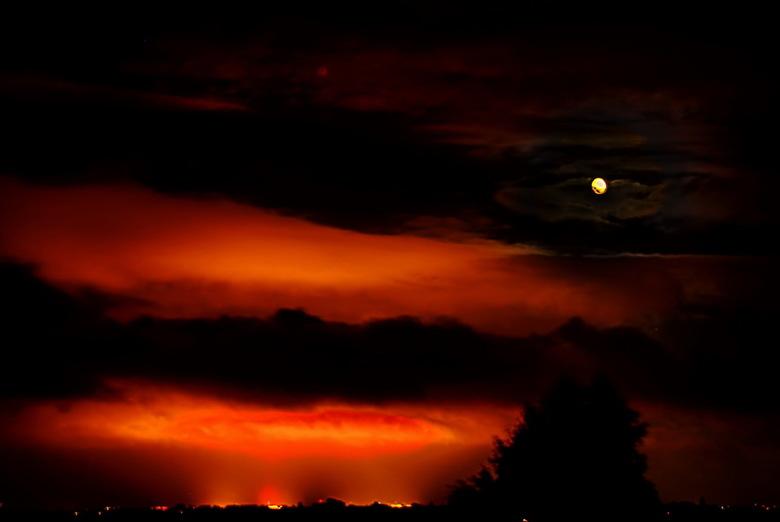 Nacht - Dit is geen zonsondergang, maar het licht van Rotterdam (of westland, of olie-industrie) dat in de nacht reflecteert tegen de wolken. Foto gem
