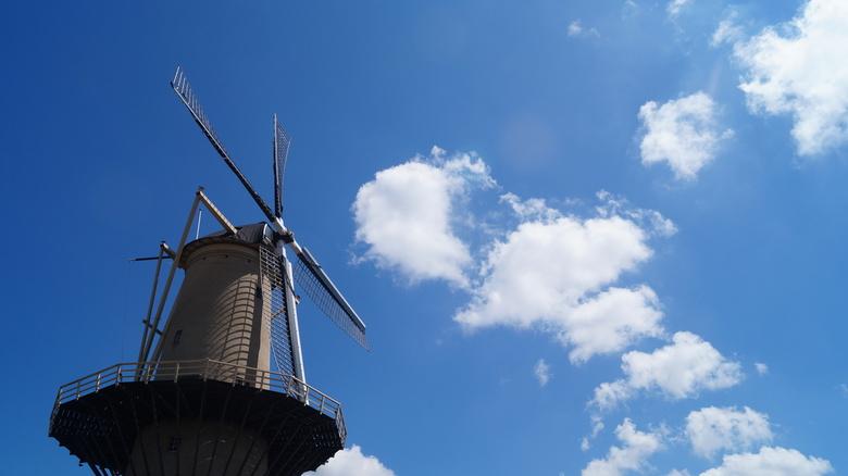 Daar bij die molen... - De wolkenlucht leende zich ideaal voor een mooie molenfoto...