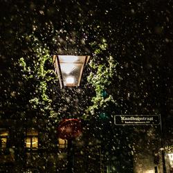Straatlantaarn tijdens sneeuwbui