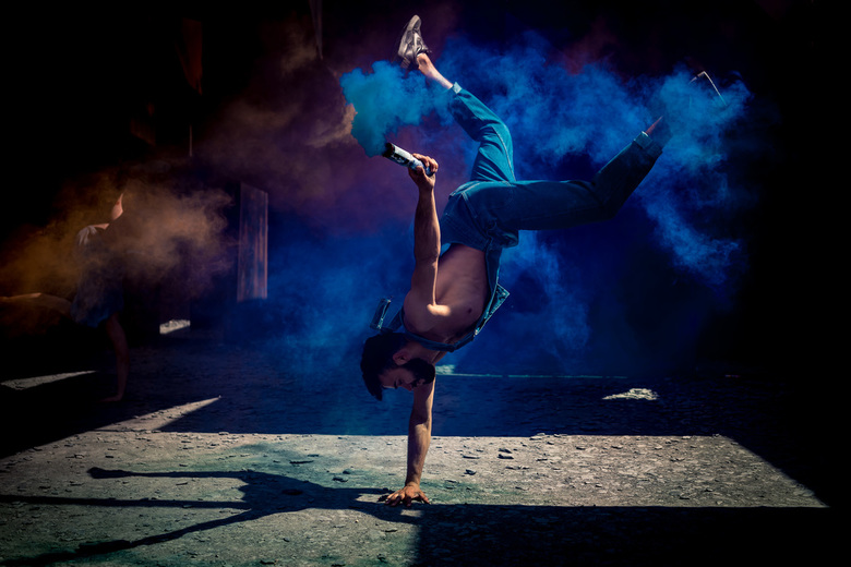Tricker - Rachid is een tricker, hij combineert dans met acrobatiek. Die combinatie met rook geeft een geweldig decor voor een fotoshoot. Deze foto is