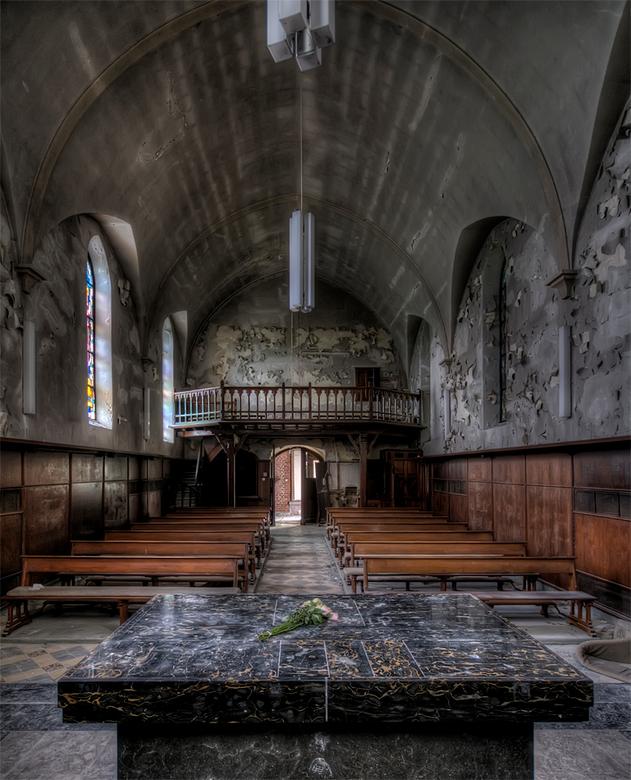 een stille fleurige getuige... - Verlaten, vervallen kerk in Belgie
