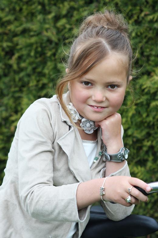 Communiekantje Gitte - Portret van Gitte die heel trots poseerde op haar nieuwe omafiets die ze op haar communiefeest gekregen had.