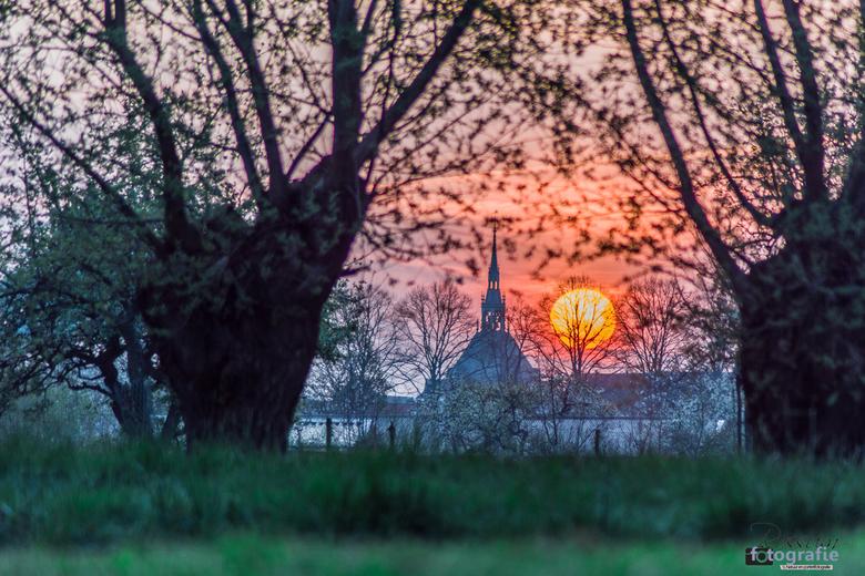Zonsopkomst boven Schoonhoven - Vanuit Boomgaard de Lekbongerd, heb je s' morgens in het voorjaar mooi zicht op Schoonhoven.