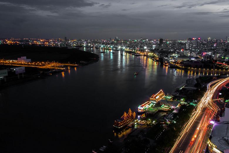 """Sai Gon - De rivier """"Sai Gon"""" die door Ho Chi Minh stad stroomt. Voormalig heette deze stad Saigon. De communisten hebben dit verandert in H"""