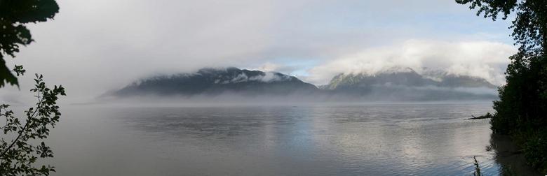 Ochtendnevel - Mist boven de Chilkat river, Alaska