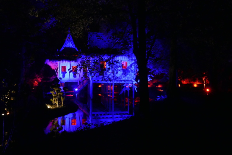 kleurrijk verlicht Kasteeltuin Arcen - Verlicht in de kasteeltuinen van Arcen, zo mooi.