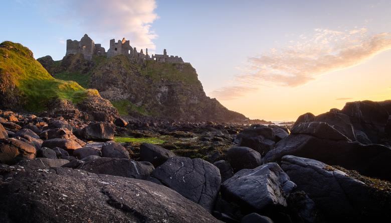 Dunluce - De ruïne van Duncluce castle bij zonsondergang. Dit was een flinke oefening in het omgaan met lens flare en extreem hoge contrasten. Uiteind